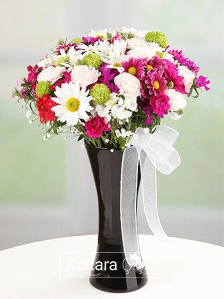 Siyah Vazoda Kır Çiçekleri