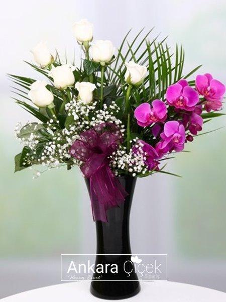Siyah Vazoda Orkide ve Güller