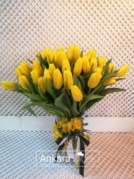 Vazoda Sarı Lale Buketi